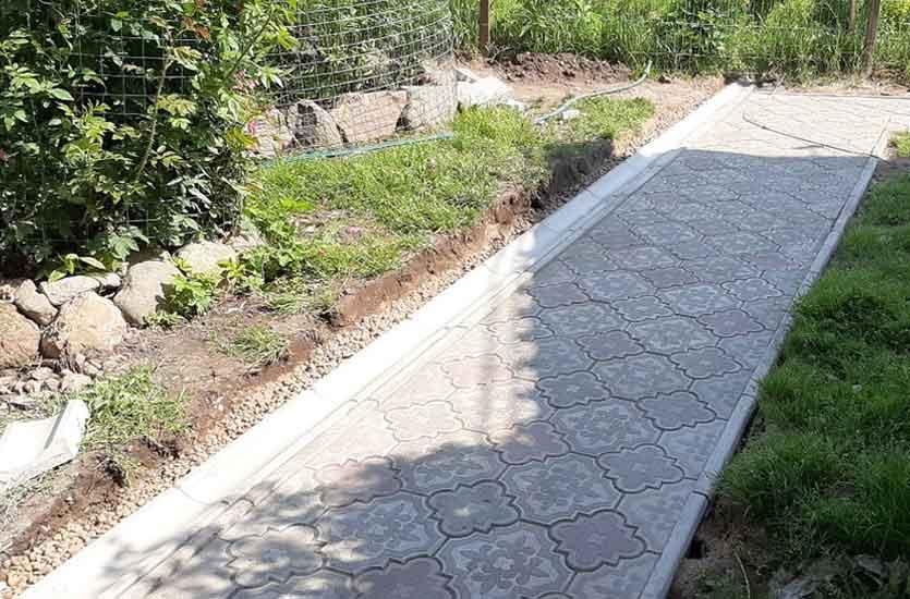 Укладка дачной тропинки тротуарной плиткой